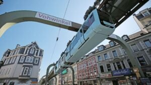 Vuelve a circular el tren colgante de la ciudad de Wuppertal, Alemania, tras una pausa forzada de ocho meses y medio