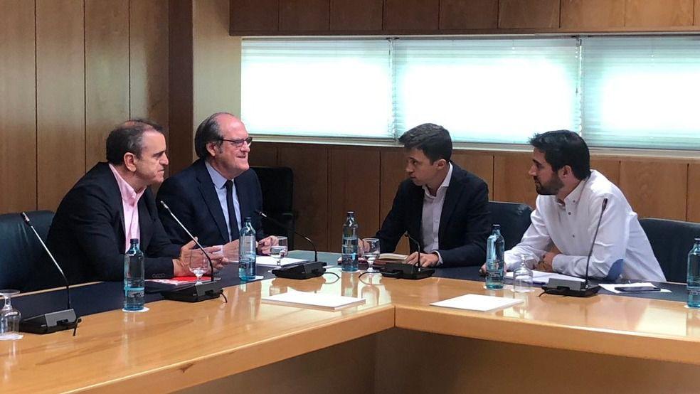 Ángel Gabilondo en una reunión junto a Íñigo Errejón