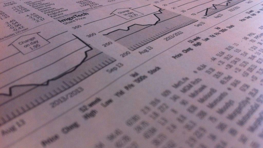 Periódico con gráficos de bolsa