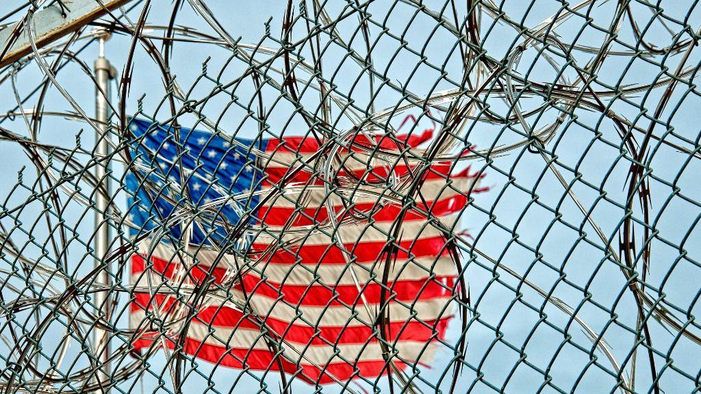 EEUU estados unidos bandera alambre de espino muro carcel