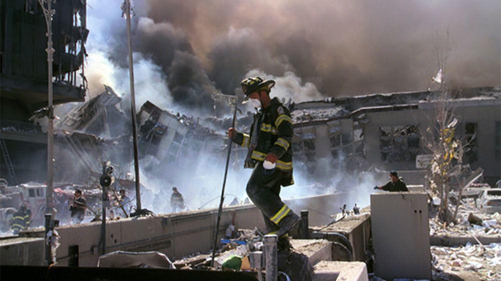 Bomberos trabajando tras el derrumbe de las Torres Gemelas el 11 de septiembre de 2001
