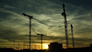 gruas obra ladrillo construccion inmobiliaria