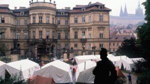 La imagen de septiembre de 1989 muestra un campamento de ciudadanos de la extinta República Democrática Alemana frente a la embajada de la República Federal de Alemania en Praga