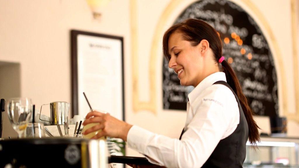 Empleo trabajo paro camarero mujer trabajadora