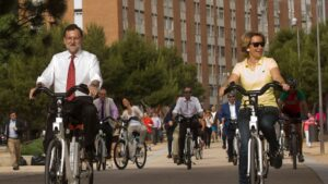 Mariano Rajoy y Esperanza Aguirre montando en bici