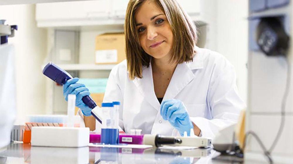 Judit Cubedo en el laboratorio de la empresa