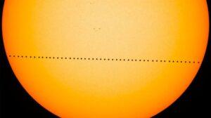 magen compuesta de varias fotogramas del tránsito de Mercurio ocurrido el 9 de mayo de 2016 y captado por el Observatorio de Dinámica Solar (SDO) de la NASA