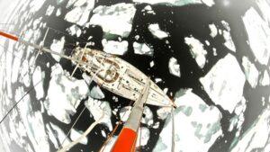 El velero Tara navegando a través de trozos de hielo. Imagen tomada por un drone