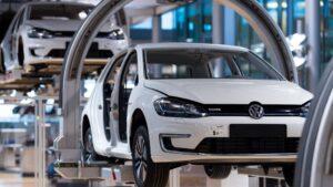 Producción de un modelo e-Golf de Volkswagen en la fábrica de la ciudad de Dresde
