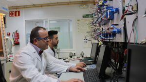 Los investigadores del estudio Gregorio Ortiz (izquierda) y Saul Rubio (derecha) realizan algunas comprobaciones en el laboratorio