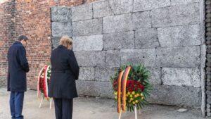 La canciller alemana, Angela Merkel, junto al el primer ministro de Polonia, Mateusz Morawiecki, honran a las víctimas ante el llamado Muro Negro