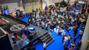 Participantes de la Gamevention, celebrada en el recinto ferial de Hamburgo, ven una competición de eSports