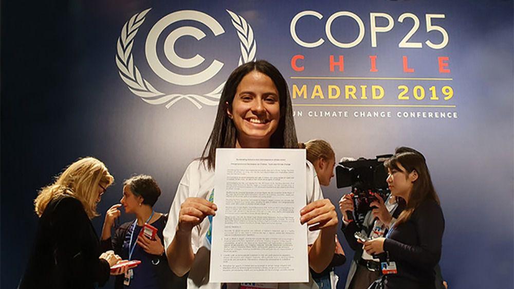 La activista climática Sara Cognuck, de Costa Rica, muestra la Declaración sobre los Niños, Niñas, Jóvenes y la Acción Climática
