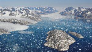 Glaciares que se derriten y dan lugar a icebergs en las aguas del fiordo de Mogens Heinesen, al suroeste de Groenlandia