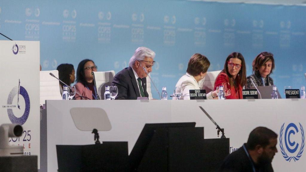 El secretario ejecutivo adjunto de la ONU, Ovais Sarmad (1i), la secretaria ejecutiva de la ONU, Patricia Espinosa (2i), y otros participantes relevantes en la nueva jornada en la Cumbre del Clima