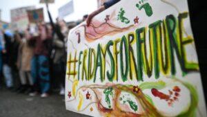 """Manifestación de estudiantes por la protección climática en Stuttgart, Alemania, en el marco del movimiento """"Fridays for Future"""""""