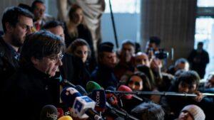 El expresidente de Cataluña Carles Puigdemont responde a los periodistas el 16 de diciembre de 2019 en un tribunal de Bruselas