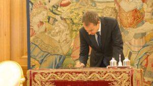Zapatero firma la reforma constitucional