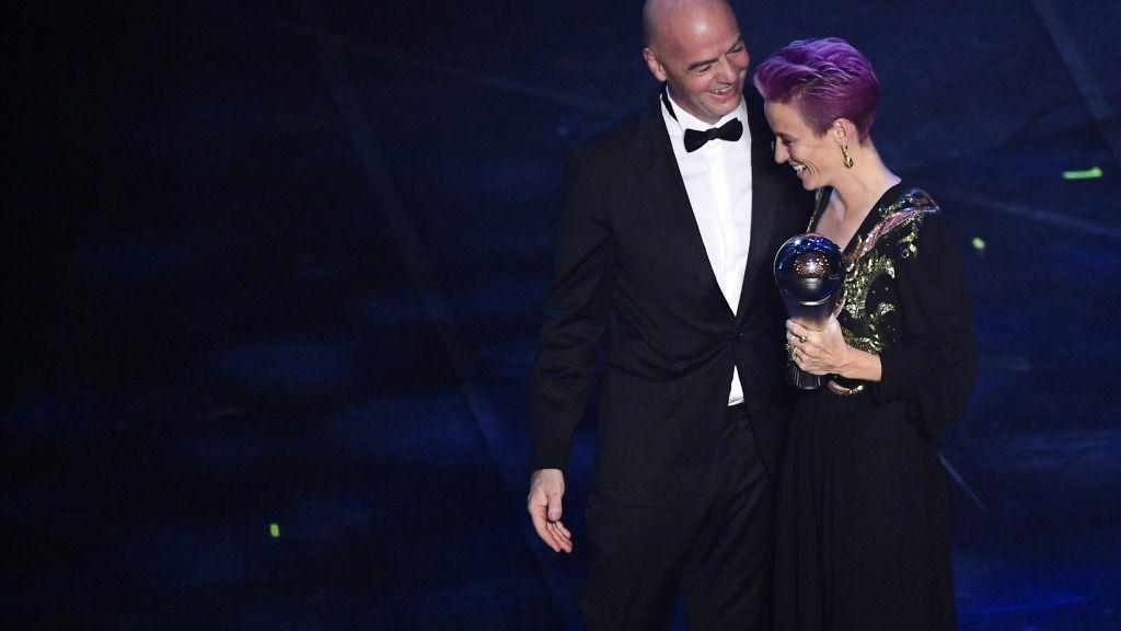El presidente de la FIFA, Gianni Infantino, le entrega a la centrocampista estadounidense Megan Rapinoe el premio a Mejor Jugadora en 2019, el 23 de septiembre de 2019 en Milán, Italia