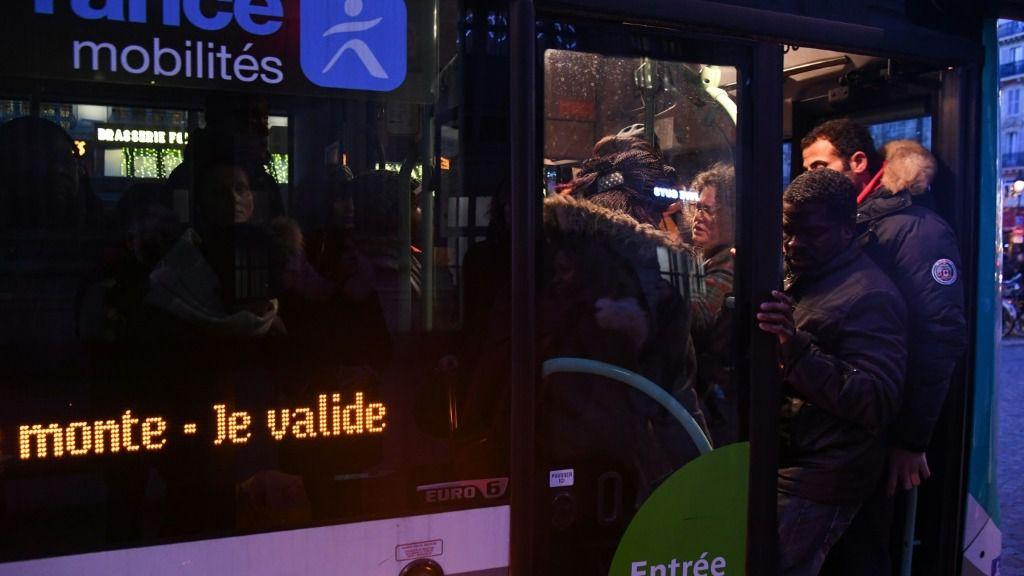 Unos pasajeros abordan un autobús en la estación de tren Gare du Nord de París el 18 de diciembre de 2019, durante la huelga en Francia contra la reforma del sistema de pensiones