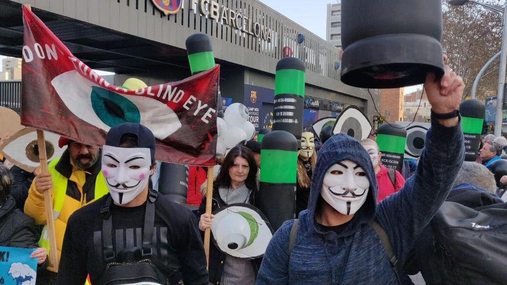 """Tsunami se concentra a las puertas del Camp Nou para pedir """"diálogo, libertad y autodeterminación"""""""