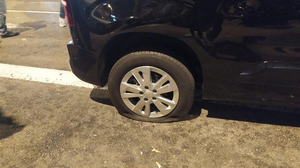 La furgoneta con la rueda pinchada que ha intentado cruzar la protesta de Tsunami Democràtic en el entorno del Camp Nou