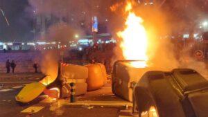 Manifestantes queman contenedores ante el Camp Nou durante el Clásico