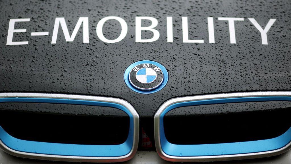 """Un coche BMW modelo i3 eléctrico, con la inscripción """"E-Mobility"""" (electromovilidad). El fabricante alemán de automóviles BMW encargó litio al consorcio chino de materias primas Ganfeng por un precio de 540 millones de euros"""
