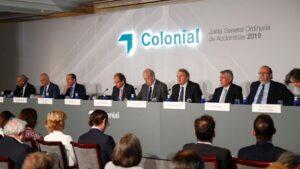 El consejero delegado de la Inmobiliaria Colonial, Pere Viñolas (4i), y el presidente de la Inmobiliaria Colonial Socimi, Juan José Brugera (5i), durante la junta general de accionistas de la compañía