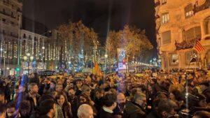 Centenares de personas piden la libertad de Junqueras y protestan contra la inhabilitación de Torra