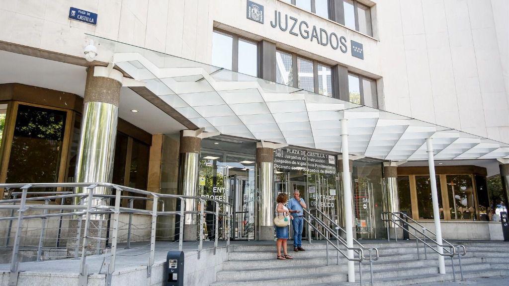 Personas entran por la puerta de los Juzgados de Instrucción ubicados en la Plaza de Castilla de Madrid