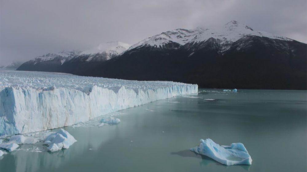 Los grandes desprendimientos del frente del glaciar flotan a la deriva en forma de icebergs
