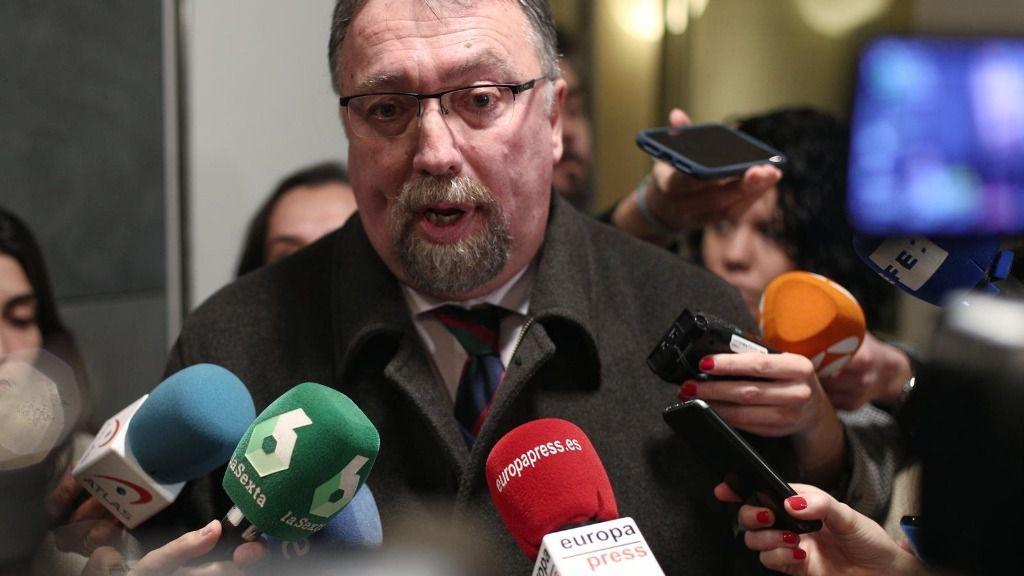 El diputado de Foro Asturias, Isidro Martínez Oblanca, atiende a los medios de comunicación tras su reunión con el PSOE