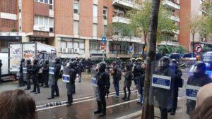 Agentes antidisturbios de los Mossos d'Esquadra en un desahucio en la Travessera de Gràcia de Barcelona