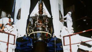 Foto de archivo del 1 de diciembre de 1979 que muestra a técnicos trabajando sobre el cohete Ariane 1 en el Centro espacial de Kurú, en la Guayana Francesa