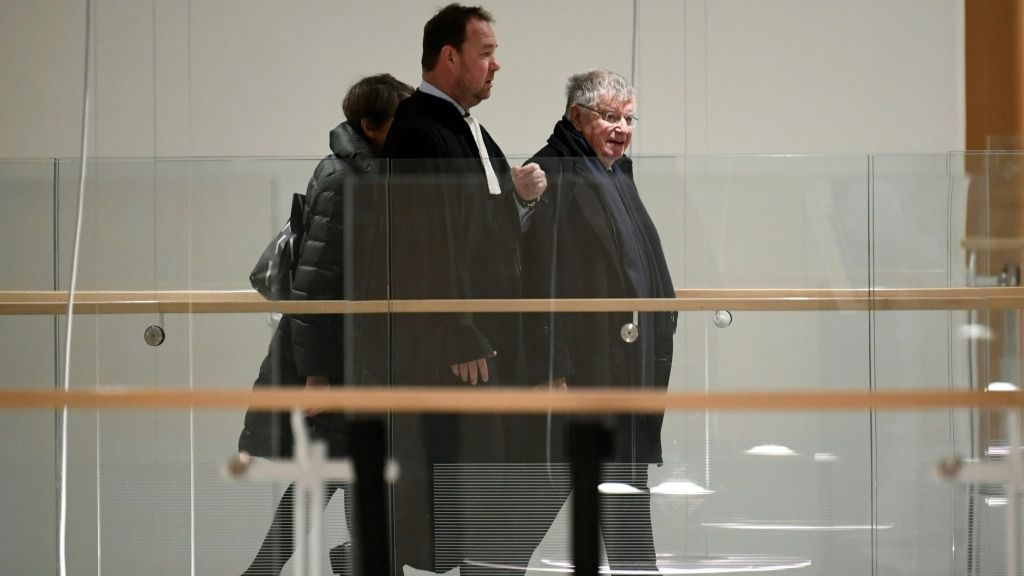 El expresidente general de la empresa francesa France Telecom Didier Lombard (drcha) allega a un tribunal de París el 20 de diciembre de 2019