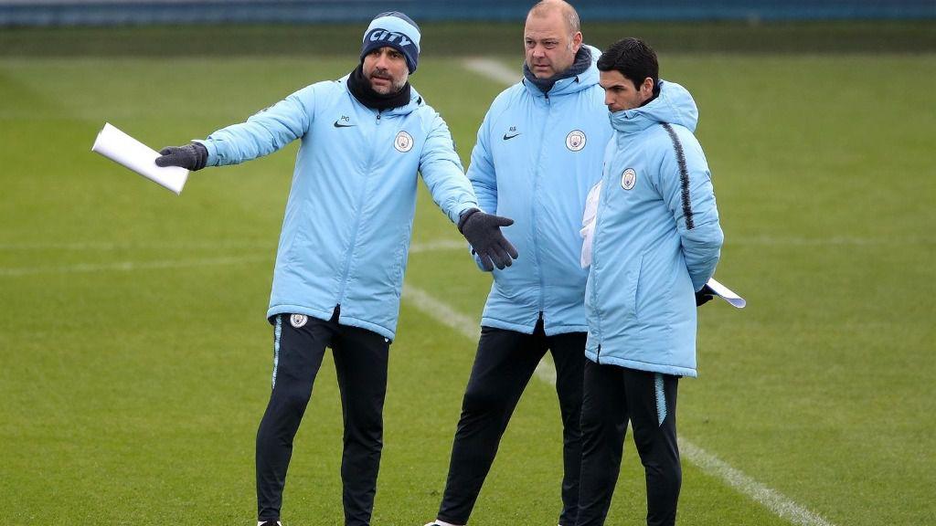 Mikel Arteta escucha las instrucciones de Pep Guardiola en un entrenamiento del Manchester City