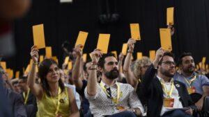 La portavoz de ERC, Marta Vilalta, el presidente del Parlament, Roger Torrent, y el vicepresidente de la Generalitat, Pere Aragonès, en la conferencia nacional de ERC de 2018