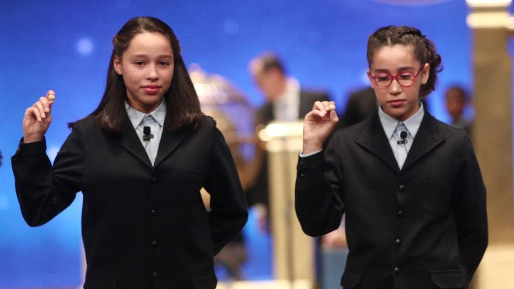 Las dos niñas de la residencia de San Ildefonso, Noura Akrouh (dech) y Elisabeth del Carmen Roque Figuereo (izq), posan con las bolas correspondientes al Primer Premio de la Lotería de Navidad