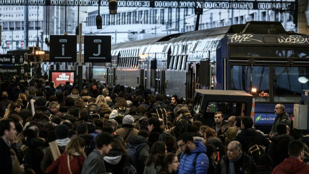 Una multitud se agolpa en los andenes de la estación ferroviaria de Gare de Lyon el 20 de diciembre de 2019 en París, durante el decimosexto día de huelgas contra el proyecto gubernamental de reforma de las pensiones