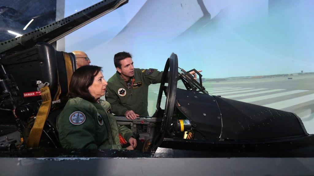 La ministra de Defensa en funciones, Margarita Robles, en el simulador de un caza F-18