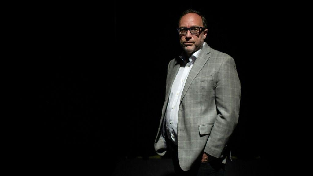El Cofundador de la enciclopedia en línea sin fines de lucro Wikipedia Jimmy Wales posa durante una sesión de fotos en la feria Vivatech en París, el 16 de mayo de 2019