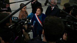 La senadora de los verdes Esther Benbassa habla con la prensa tras reunirse con líderes huelguistas en la estación ferroviaria de la Gare de Lyon, el 27 de diciembre de 2019 en París
