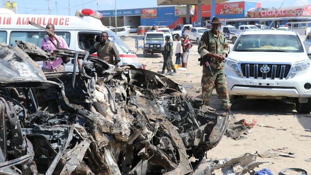 Un soldado pasa junto al chasis calcinado de un vehículo tras la explosión de un coche bomba en Mogadiscio, el 28 de diciembre de 2019