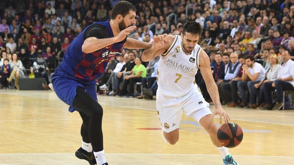 El pívot del Barça Nikola Mirotic y el base del Real Madrid Facundo Campazzo en el Clásico en el Palau