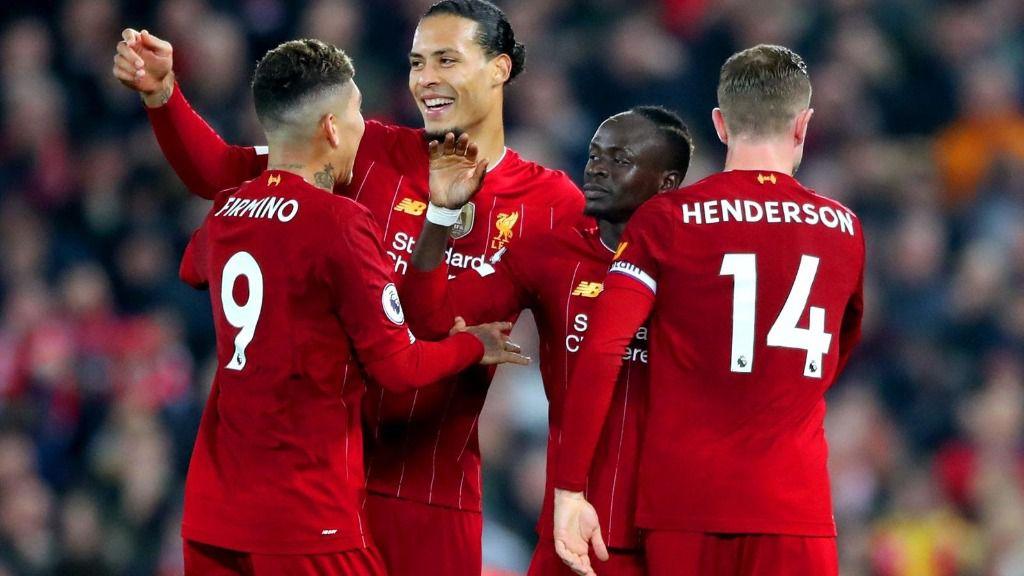 El delantero del Liverpool Sadio Mane celebra junto a Roberto Firmino, Virgil van Dijk y Jordan Henderson el tanto de la victoria contra el Wolverhampton Wanderers en Anfield