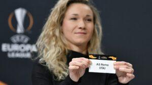 La embajadora de la Europa League, Josephine Henning, exhibe la tira con el nombre del AS Roma durante la ceremonia del sorteo de la ronda de grupos de la Copa Europa League de la UEFA, el 16 de diciembre de 2019, en Nyon, Suiza.