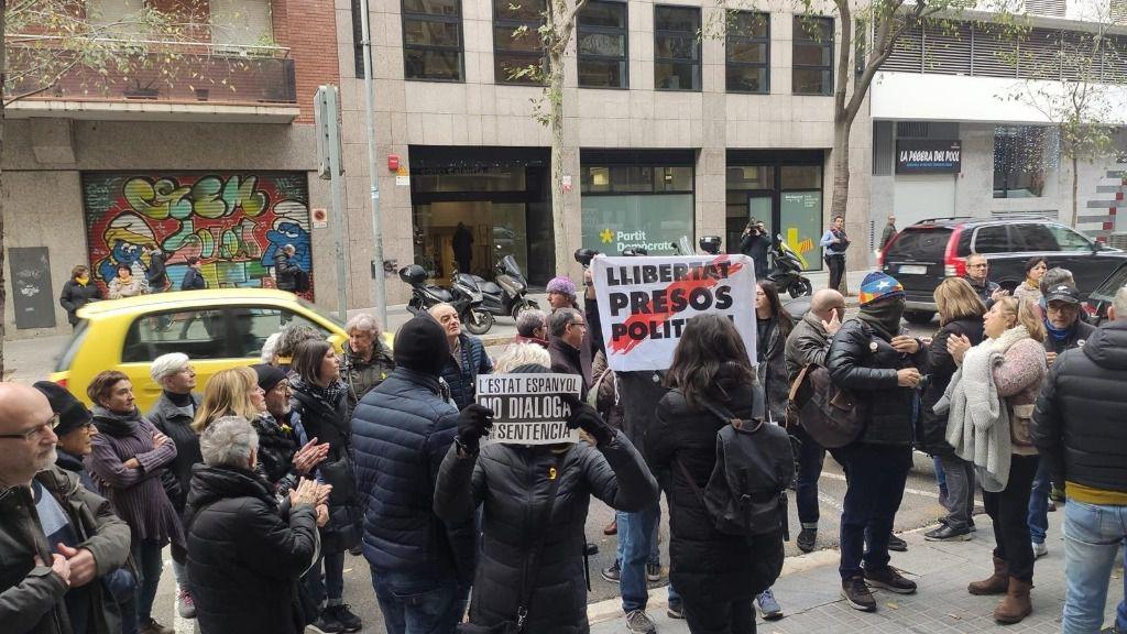 Concentración de los CDR ante la sede de ERC contra la negociación con el PSOE