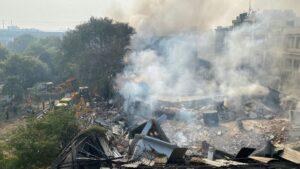 Humareda escapando de los restos del edificio que colapsó en Nueva Delhi durante un nuevo incendio, el 2 de enero de 2020