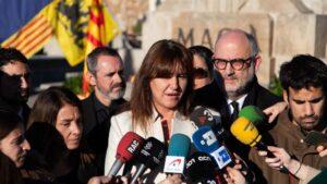 La portavoz del Grupo Junts per Catalunya en el Congreso de los Diputados, Laura Borràs, realiza una declaración ante los medios de comunicación durante la ofrenda floral a la tumba de Francesc Macià, en Montjuic (Barcelona) a 25 de diciembre de 2019